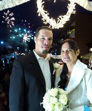 Brudparet Micke Lundgren och Karolina Öberg firades med ett stort fyrverkeri.