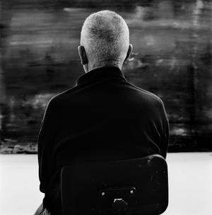 Konstnären Gerhard Richter porträtteras utan att behöva visa ansiktet.