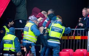 Ordningsvakter och polis griper Kalmar FFs supportrar efter bengalbränning under söndagens allsvenska fotbollsmatch mellan Kalmar FF och GIF Sundsvall på Guldfågeln Arena.