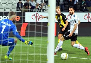 Oscar Jansson kunde inte förhindra Sander Svendsen från att göra sitt första allsvenska mål i Hammarbytröjan. Till höger ÖSK:s mittback Brendan Hines-Ike.,