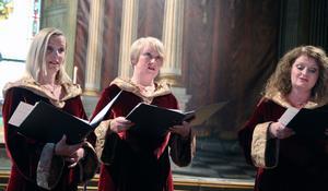 Sursum Corda, en trio som består av  Elisabeth Silseth, Lisberth Stokke Grande och Mona Skjeldal, sjunger unisont och trestämmigt ur den medeltida repertoaren.