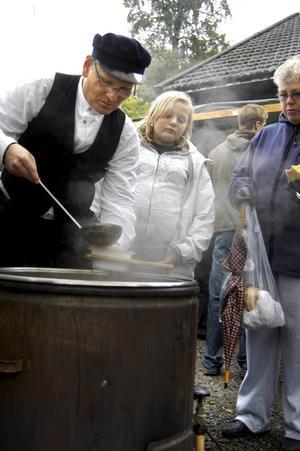 Förste kålsoppekokare. Mikael Björck såg till att hungriga marknadsbesökare fick något varmt i sig.