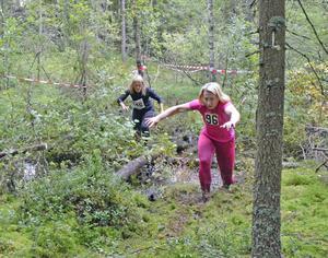 På flera ställen sjunker löparna ner till knäna på den sumpiga skogsbanan. Det är därför loppet gör skäl för namnet, Utmattningen.