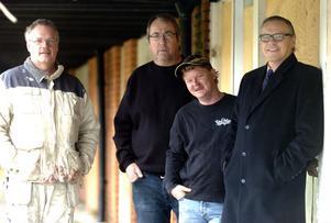 ENTUSIASTER. Mats Strand, Janna Wahlsten, Jimmy Lundgren och Anders Mjärdsjö hoppas att man kan väcka liv i centrumhuset i Ljungaverk. Foto: Micke Engström