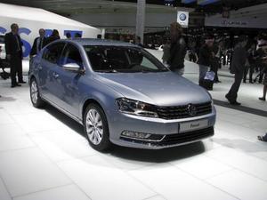 Volkswagen Passat har tillverkats i 15 miljoner exemplar sedan den kom 1973. Nu är den sjunde generationen Passat färdig och det är som vanligt inga djärva steg i designen. Litet smäckrare och med en front som ansluter till övriga Volkswagenbilar. Foto: Per-Olof Lönnroth