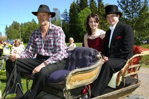 Hästskjuts. Emma Melin och studentkommitténs ordförande Henrik Blom, båda i SP3, anlände till förfesten vid hembygdsgården i hästskjuts med Hans Bengtsson som kusk.