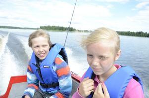 Båttur. Viktor Karlsson och Tilda Rosenback gillar att åka båt.