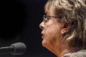 Harriet Jorderud (S), det förra landstingsrådet, var tillbaka tillfälligt och svarade på frågor och debatterade en del kring tidigare beslut.