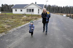 """Trivs. """"Jag hoppas att fler barnfamiljer flyttar hit"""", säger Lisa och tar en promenad med Theodor och Freja."""