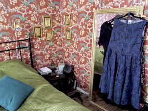 Snygga vintageklänningar hänger framme.