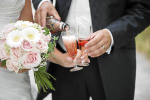 På Skatteverkets hemsida så ser man vilka hinder som finns enligt svensk lag för att få gifta sig. Det handlar bland annat om att bägge parter måste vara 18 år fyllda, att man inte är nära släkt samt att inte sedan tidigare står registrerad som gift eller i partnerskap.