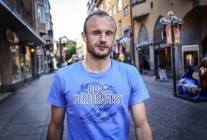När Dragan Kapcevic flyttade till Sverige var drömmen att en dag få spela i Allsvenskan. Mycket riktigt värvades han av Gefle sommaren 2010. I höst kan han lyckas med att spela upp Östersund till samma serie.