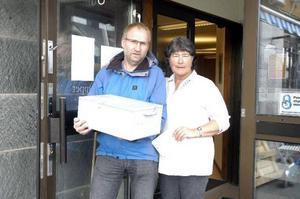 Sista kunden på Swedbank i Gäddede var Jan-Kåre Strid. Här står han tillsammans med Swedbanks Jacquline Forsberg-Olsson.  Foto: BO Lydén