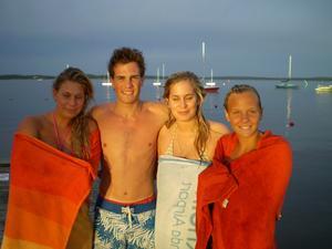 Mina barnbarn Anna, Linus, Terese och Jessica efter ett kvällsdopp vid Lövudden.