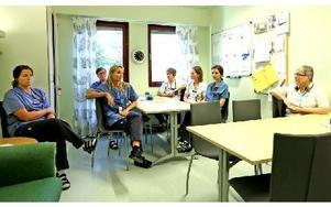 Några ur personalen vid Hemsjukvårdens team vid Borlänge sjukhus. Helena Brossberg, Gun Rönnegård, Maria Bergkvist Carlsson, Yvonne Norlander, Annelie Hedström, Maria Liss, Irén Böjer. Personalen är enig om att datasystemen är ett problem. Läkaren skriver i landstingets journaler, kan läsa vad som gäller för patienten och någon har varit till en annan vårdinrättning. Sjuksköterskorna i ett annat system som inte läkaren kan läsa. Foto: Johnny Fredborg