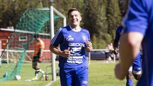 Johan Adamsson jublar sedan han nickat in 3–0 för Fagersta och Arman Poghosyan får hämta ut bollen i nätet igen.