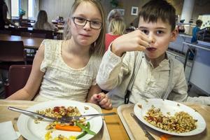 Mums! Wilma Hedqvist och Kevin Norell gillar Amerikanska makaroner. De äter det bara i skolan.