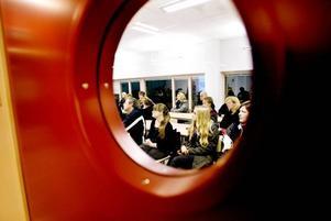 VÄLBESÖKT. Många hade kommit för att spana in Engelska gymnasiet, som i går höll öppet hus vid lokalerna på Brynäs. Ungdomarna som var där berömde de fina lokalerna.