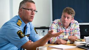 """Ett Hårt arbete. Per Ågren, lokalpolisområdeschef och Mikael Eriksson, chef för spaningsledningen, har tuffa dygn bakom sig. """"Vi jobbade i princip dygnet runt de första dagarna"""", säger Mikael Eriksson. Men utredningen är långt ifrån klar trots den misstänktes erkännande."""