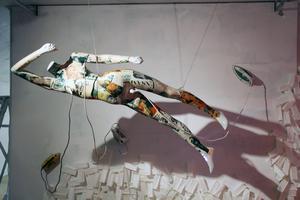 En flygande superhjältinna, direkt uppkopplat för att stryka tillvarons motstånd slätt möter i utställningen Hjältar och fattiglappar.