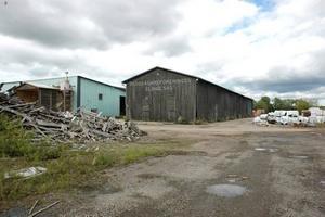 FARLIGT? Det gamla sågverket i Åkerby gör sig ännu påmint. Länsstyrelsen kräver nu att träindustriföretaget Setra som en gång i tiden huserade här ska undersöka hur förorenat området är.
