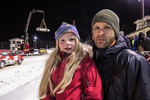 """Meja Dahlberg, 8 år och från Brunflo, tog med sig sin 38-årige pappa Martin Dahlberg till Vinterrallyt i Östersund, en av fem tävlingar i Rally-SM. """"Allt som låter är kul"""", sa han. I bakgrunden visade ett åkeri upp sin nya kranbil och ett bilmärke sin nya modell."""