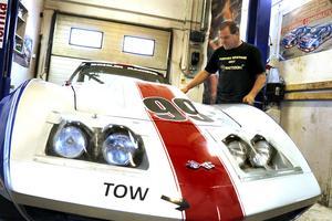 Corvetten är från 70-talet och används nu i historisk racing. Bilen var ursprungligen en cabriolet, men har försetts med tak för att kunna användas på tävlingsbanorna.