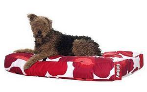 Stilmedvetna hundar gillar så klart detta klassiska Marimekkomönster. Marimekko Fatboy Doggielounge Large som hundsängen heter finns hos pid.se och kostar 1 575 kronor.