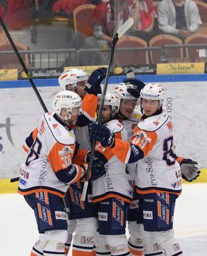 David Åslin (längst till höger) och ett gäng Växjö-spelare firar 1-0-målet mot Luleå.