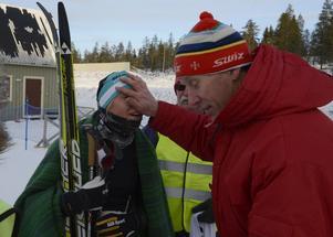 Julia Svan får hjälp att tina kalla kinder av pappa Gunde.