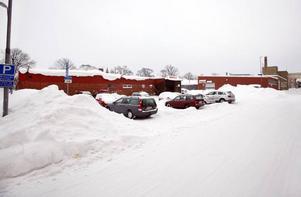 MURÉNGATAN i GÄVLE. En del av det område där företaget Realoption vill bygga seniorbostäder ägs i dag av Gävle kommun och är parkering. Resten av området utgörs av industri- och handelslokaler.