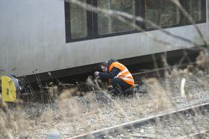 Järnvägens personal undersöker skadorna på tågsätt och infrastruktur.