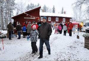 Pär Lundhag syntes på marknaden.  Här med sin dotter.