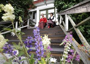 Nyblivne riksspelmannen Anna Lindkvist- Adolfsson och Christina Willstedt sjöng under invigningen av Hälsingegårdarnas dag på Ol-Ers i Västeräng, Delsbo.