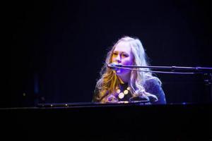 Emma Kjellin satt ensam bakom pianot – strämningsfullt.