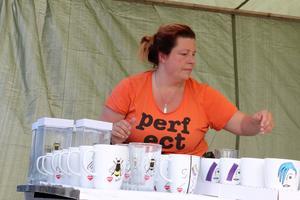 Ann-Charlotte Svensson debuterar på marknaden med sina muggar och målade vaser.