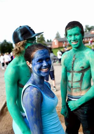 Josefine Skoglund visar sina superkrafter i blått, Jonas Kalles och Jon Lind valde helgrönt. Foto:Anna Klintasp