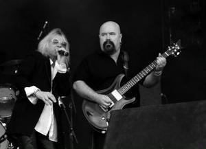 Sångaren Bob Catley försöker muntra upp Magnums gitarrist Tony Clarkin. Detlyckas inget vidare.