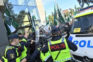 Nordiska motståndsrörelsens hejdas av polis under demonstrationen i lördags.