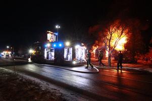 Flera räddningsstyrkor från Borlänge med omnejd bekämpar elden i Skomsarby strax utanför Borlänge.