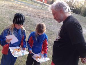 Orienterar sig. Cecilia Eriksson och Ida Emilsson diskuterar vägval med Johan Johansson vid torsdagens OL-skola vid Digerberget.