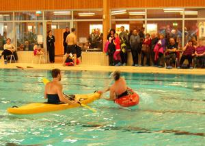 Elever från Älvdalens utbildningscentrum visade hur man klarar sig upp då kajaken vält. John Glamsjö i gula kanoten har hjälpt Simon Hodler upp ur vattnet.