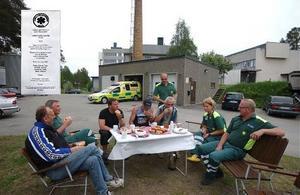 Det serverades sorgekaffe bland personalen på söndagkvällen inför flyttentill Strömsund, fr.v. Nils-Erik, Tony, Magnus, Göran, Gunnar, Jan-Erik, Anna-Stina och Thomas ärdet som samlats kring bordet.