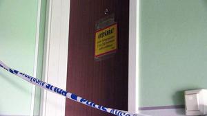 Dörren till den aktuella lägenheten i Krokom är nu avspärrad av polis.
