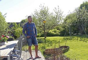 Det idylliska bostadsområdet i Bollnäs där Daniel Svensson bor står i stark kontrast mot Estoniakatastrofen som satt djupa ärr i hans psyke och själ.