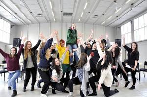 Sjölins gymnasium repeterar för slutproduktionen som har premiär på Storsjöteatern onsdag kväll.