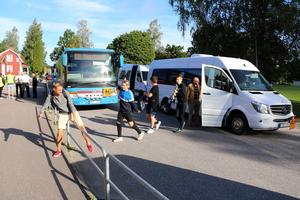 Skolbussarna stod nästan på varandra vid Lekebergsskolan. Flera extrabussar sattes in för att få med alla elever.