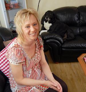 Susanne trivs med livet, framför allt i familjens sällskap vilket är lika med tre barn och hunden Kipper, som syns i bakgrunden.