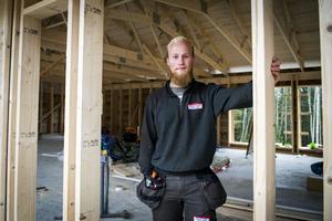 Mattis Backlund sålde sin lägenhet och köpte en skogbevuxen tomt i Sörnacksta. Han har själv ritat huset han nu bygger på.