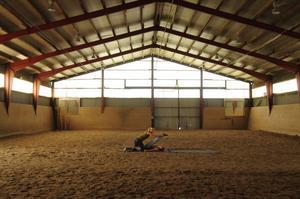 """Mänsklig dressyr. Cassandra och Emma (Linda Molin och Mathilda Paradeiser) tränar och tränas i """"Apflickorna""""."""